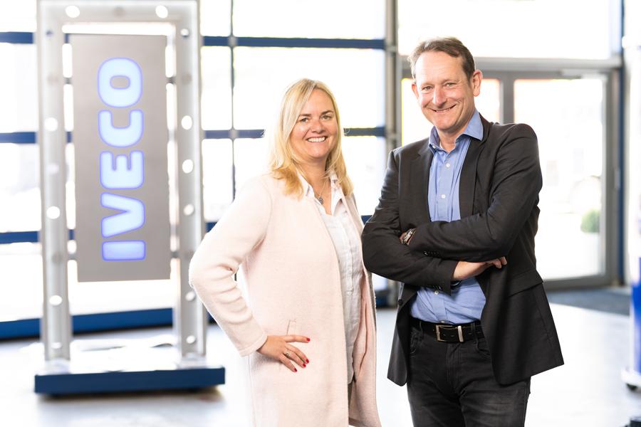 Über uns - Britta und Ralf Labusga vor einem IVECO Schild